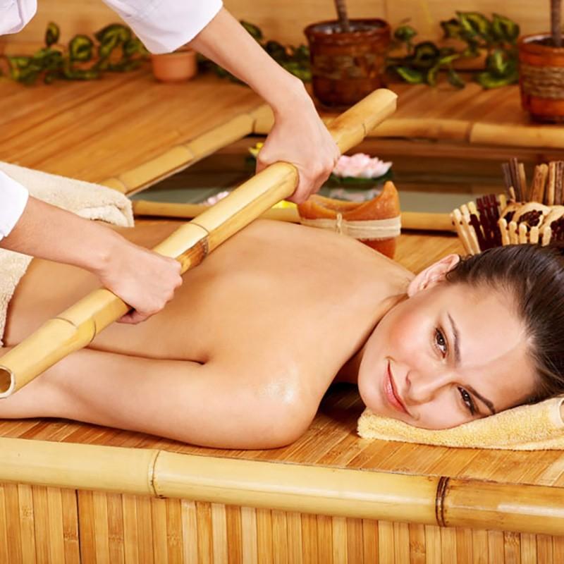 Masaje con cañas de bambú.